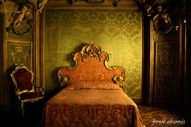 A display of a usual English royalty room. The lighting was more than surreal I just had to capture it